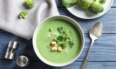 menu makan sup brokoli di mangkuk putih
