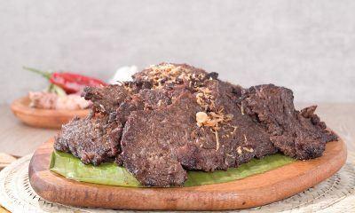 Hasil dari resep empal daging di piring kayu