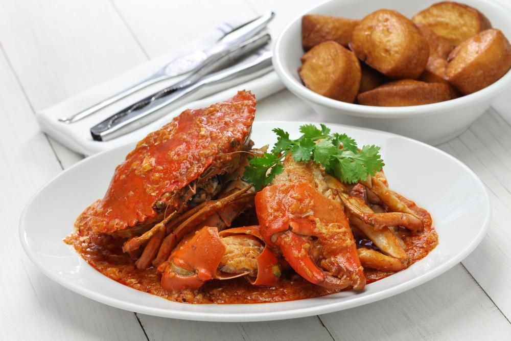 Chili crab disajikan di atas piring.