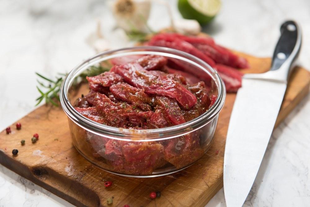 Salah satu cara masak daging sapi adalah dimarinasi terlebih dahulu dalam mangkuk.