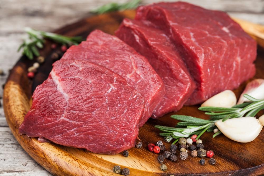 Potongan daging sapi siap dimasak.