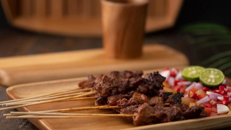 Resep Sate Maranggi disajikan di atas piring kayu.