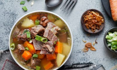 Resep sup kacang merah iga sapi disajikan.