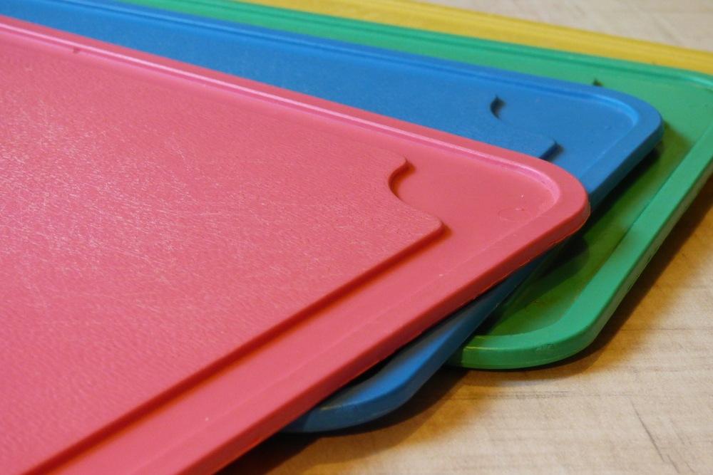 Tumpukan talenan plastik berwarna warni.