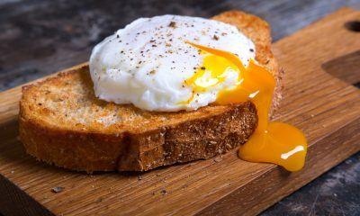 telur setengah matang di atas roti bakar