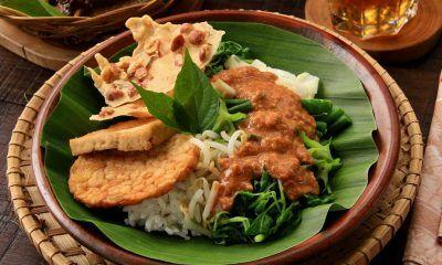 Nasi Pecel Madiun dengan tempe-tahu dan rempeyek.