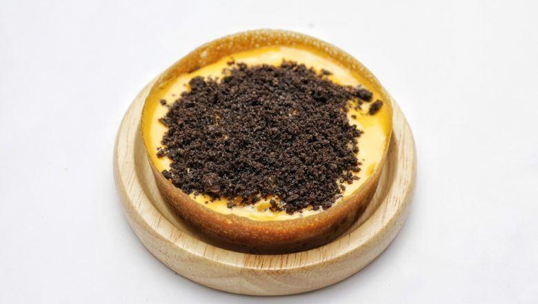 Martabak manis mini dengan topping cokelat.